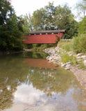 Córrego sob a ponte coberta Fotos de Stock Royalty Free