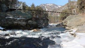 Córrego tormentoso da água no rio na primavera, rio de Chemal, Rússia filme