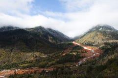 Córrego vermelho da rocha com monutains Fotografia de Stock