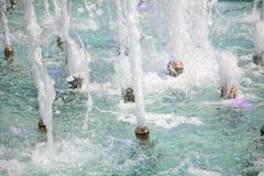 Córregos da água na fonte Fotos de Stock Royalty Free