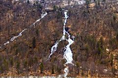 Córregos da água que vêm para baixo a inclinação de montanha Imagens de Stock