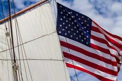 Córregos da bandeira americana de um navio de navigação Fotos de Stock Royalty Free