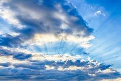 Córregos da luz solar através das nuvens Fotos de Stock Royalty Free