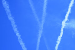 Córregos de jato múltiplos do aiplane no céu azul Foto de Stock