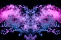 Córregos finos do fumo em um fundo preto na luz de néon de um roxo cor-de-rosa azul sob a forma da cabeça fotografia de stock