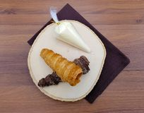 Cône croustillant de tarte de cornet crème avec de la crème faite maison de vanille photographie stock libre de droits