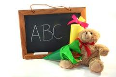 Cône d'école avec le panneau d'école et le nounours Image stock