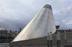 Cône de soufflement en verre avec le grand escalier enroulant autour de lui dans le musée de Tacoma du verre photographie stock libre de droits
