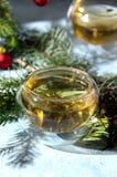 Cône en verre de pin de tasse de thé chaud de Noël images stock