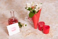 cône rouge de gaufre avec des fleurs, baiser d'amour sur le papier, message et cadeau, vin et des bougies Images libres de droits