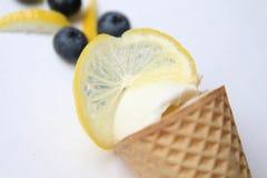 Cône Scoop de la crème glacée blanche avec le citron et les myrtilles Image stock