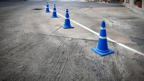 Cônes bleus de route du trafic avec la connexion à tiret Rods sur la rue Photographie stock