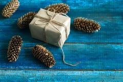 Cônes d'arbre de boîte-cadeau et de Noël Image stock