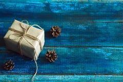 Cônes d'arbre de boîte-cadeau et de Noël Images stock