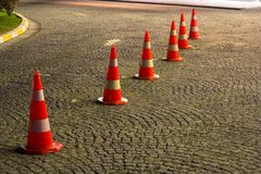 Cônes de route sur le trottoir avant d'entrer quelque part image libre de droits