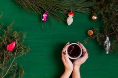 Cônes de salutation d'arbre de Santa Christmas de vacances de cadeaux de Noël de Joyeux Noël photos libres de droits