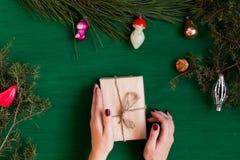 Cônes de salutation d'arbre de Santa Christmas de vacances de cadeaux de Noël de Joyeux Noël photo libre de droits