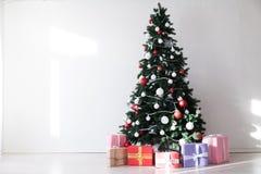Cônes de salutation d'arbre de Santa Christmas de vacances de cadeaux de Noël de Joyeux Noël image stock