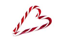 Cônes de sucrerie de Noël formant un coeur et d'isolement sur un Ba blanc Photographie stock