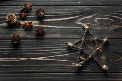 Cônes simples élégants d'étoile et d'anis et de pin sur le Ba en bois rustique Photos libres de droits
