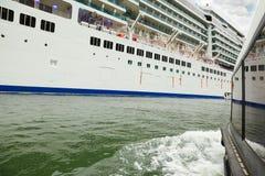 Côté de bateau de sauvetage qui flottent au panneau de la doublure Images libres de droits