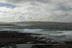 Côté de mer avec la côte irlandaise Photo libre de droits