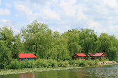 Côté du fleuve avec les maisons rouges Photographie stock