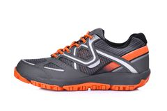 Côté gauche de la nouvelle chaussure sans marque de sport d'isolement sur le blanc Photos stock