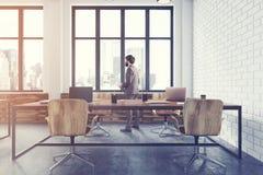 Côté intérieur de brique de bureau blanc de l'espace ouvert modifié la tonalité Photographie stock libre de droits