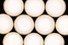 Côté intérieur des couvercles d'or de pot sur le fond noir image stock
