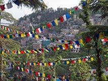 Côte avec des indicateurs de prière, Dharamsala Photographie stock libre de droits
