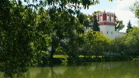 Côte de l'étang près du couvent de Novodevichy banque de vidéos