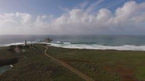 Côte de la Californie de phare de l'océan pacifique de station de lumière de Piedras Blancas banque de vidéos