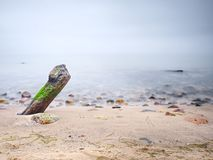 Côte de la mer après une tempête Coucher du soleil coloré de l'atmosphère romantique en mer photo stock