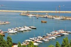Côte de la Mer Noire avec des bateaux en Roumanie Photographie stock