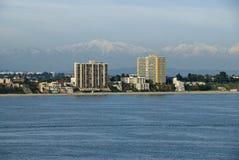 Côte de Long Beach la Californie avec des montagnes Photographie stock libre de droits