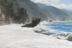 Côte de Monterosso avec le château et la mer agitée Photographie stock libre de droits