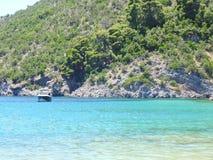 Côte de Skopelos près de plage de Limnonari photographie stock libre de droits