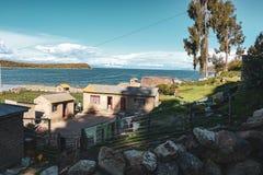 Côte de titica de lac dans le côté bolivien image stock