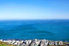 Côte de ville avec la vue blanche de maisons sur le fond bleu de mer et de ciel à Cape Town, Afrique du Sud images libres de droits