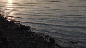 Côte du golfe de Finlande au coucher du soleil banque de vidéos