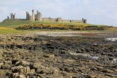 Côte du Northumberland de château de Dunstanburgh photo stock