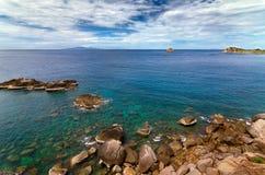 Côte en pierre et petites îles Images libres de droits