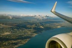 Côte espagnole et montagnes vues de la fenêtre d'avion pendant le LAN photos stock