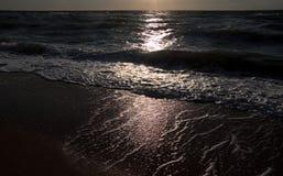 Côte et chemin de clair de lune de nuit Photographie stock