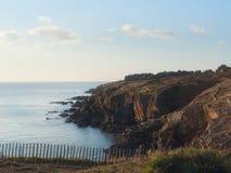 Côte et mer de la Bretagne le soir Photos libres de droits