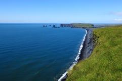 Côte et sable volcanique de noir, Islande Images stock