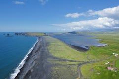 Côte et sable volcanique de noir, Islande Photographie stock