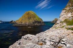 Côte irlandaise, colline colorée, mer et horizon avec le ciel bleu photographie stock libre de droits