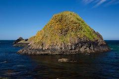Côte irlandaise, colline colorée, mer et horizon avec le ciel bleu images stock